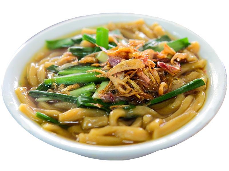 由大麵條、加油蔥酥、蝦米、碎蘿蔔乾和切段的韮菜拌著吃的一種麵食